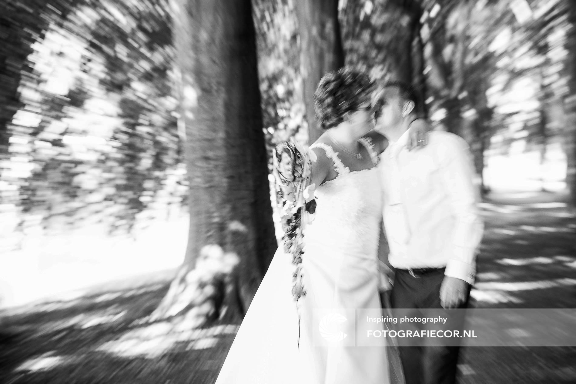 Trouwreportage | Trouwfoto's | zoenend bruidspaar in actie