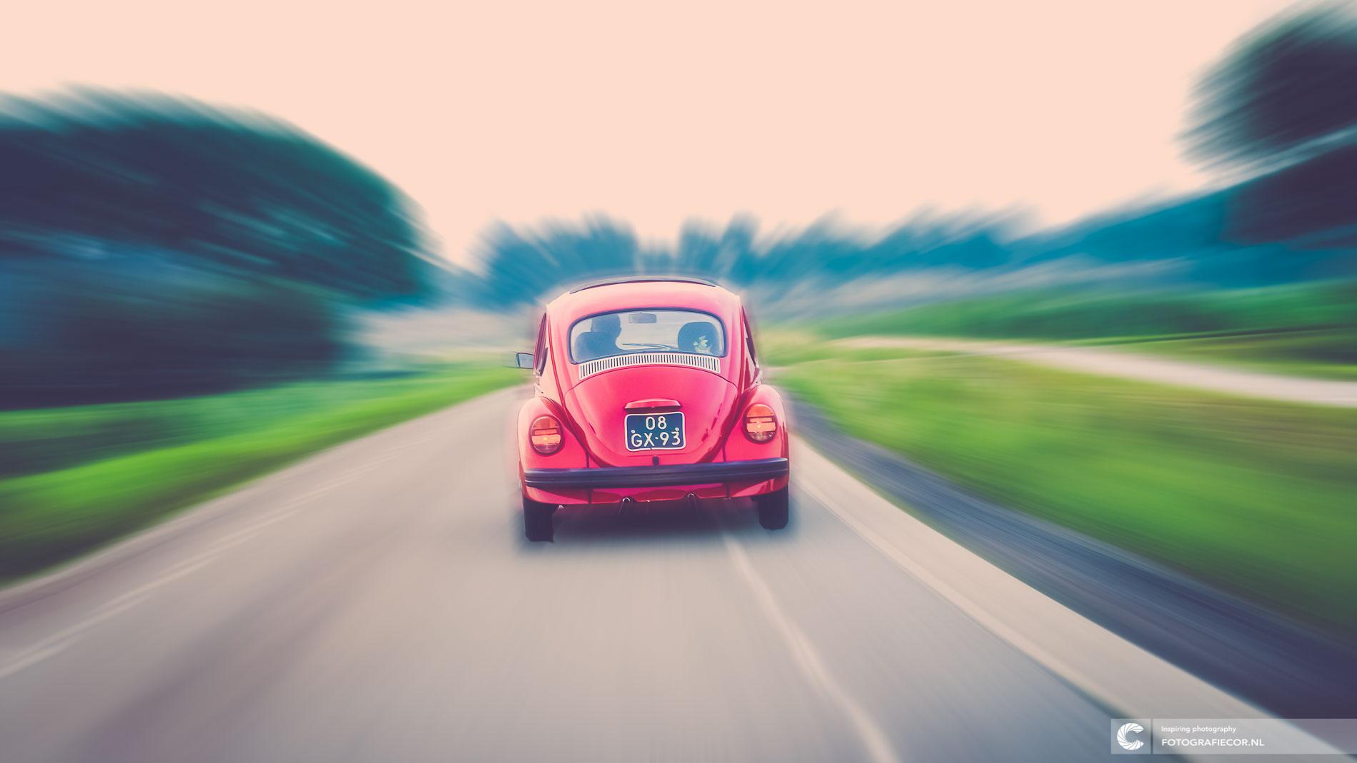 Rijdende rode Beetle met vage strepen | foto bewerking