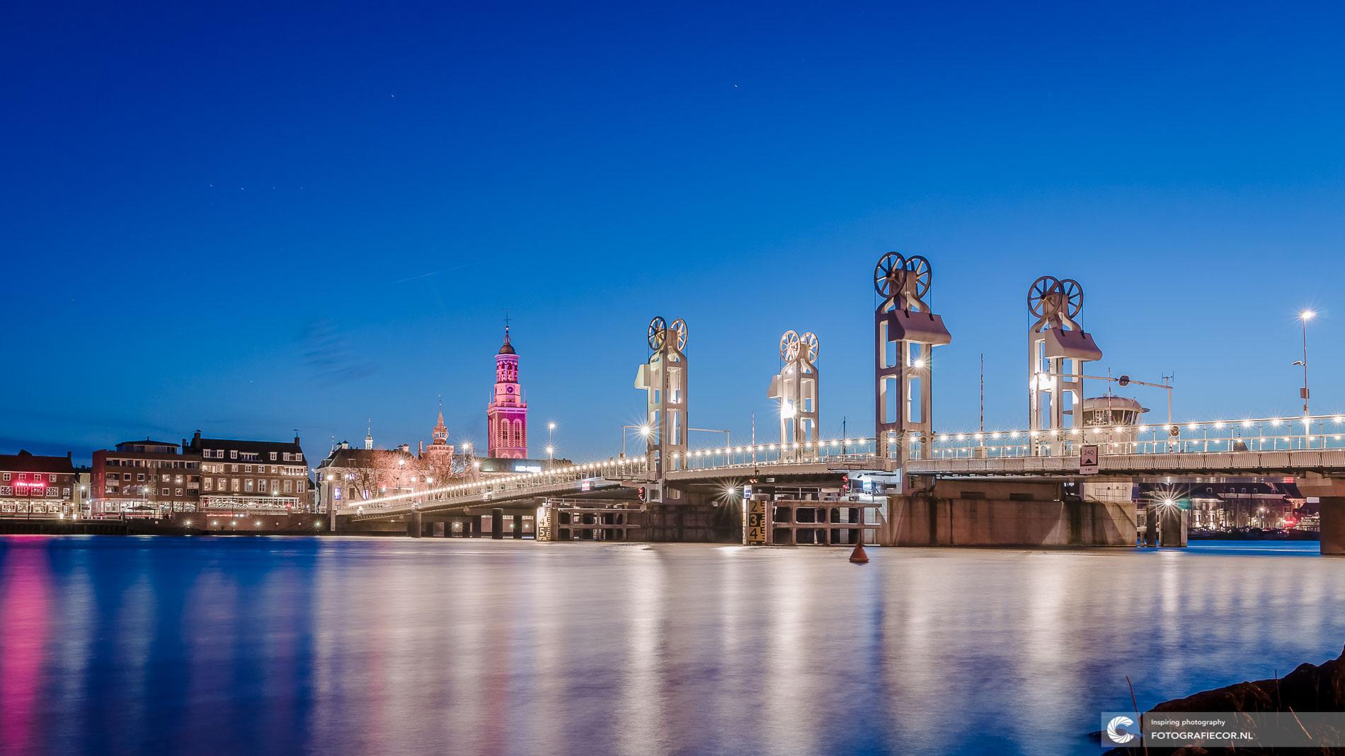 Stadsbrug spiegelende IJssel | avondfotografie