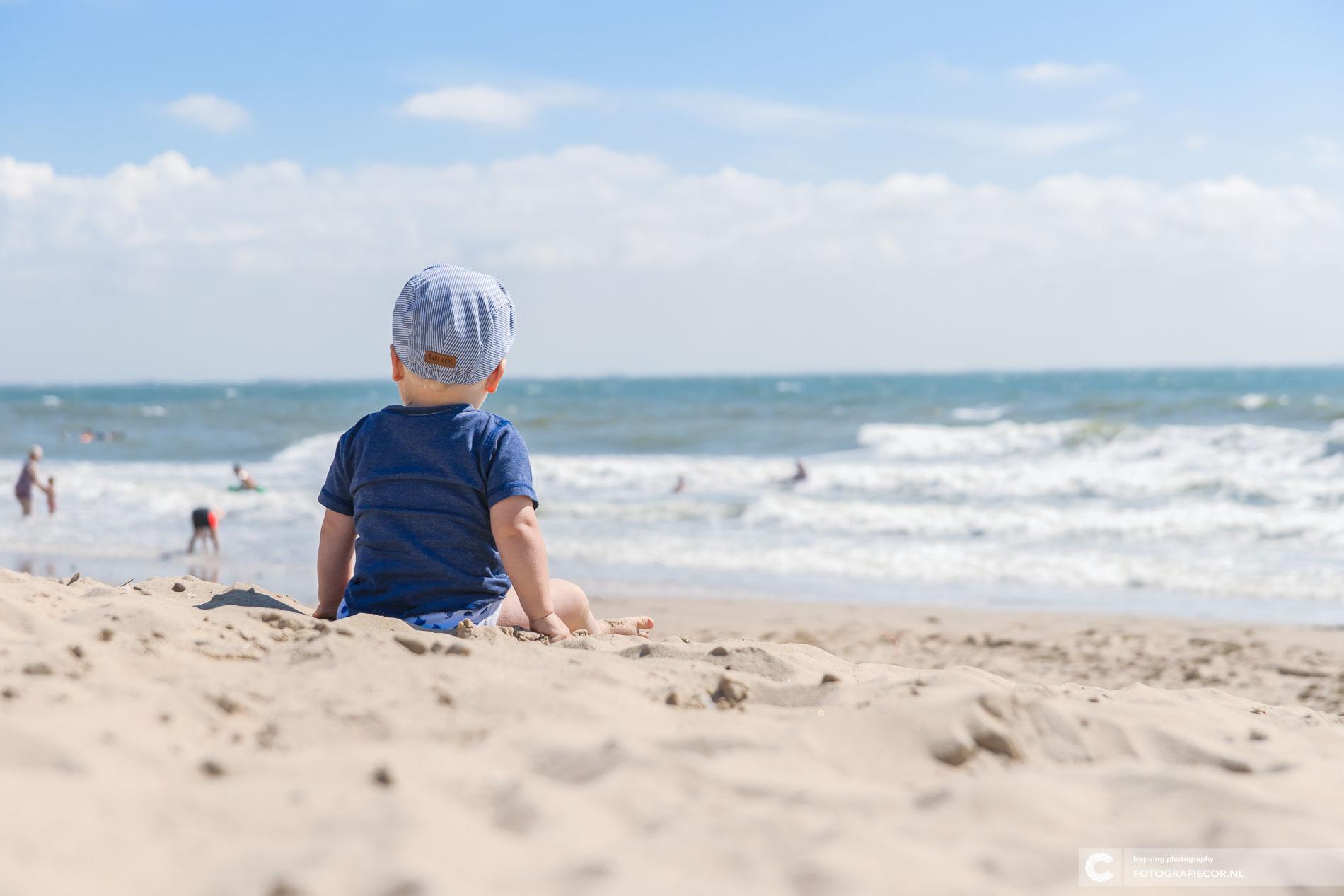 Kind kijkt op Noordzee vanaf de Zeeuwse kust | portretfotograaf