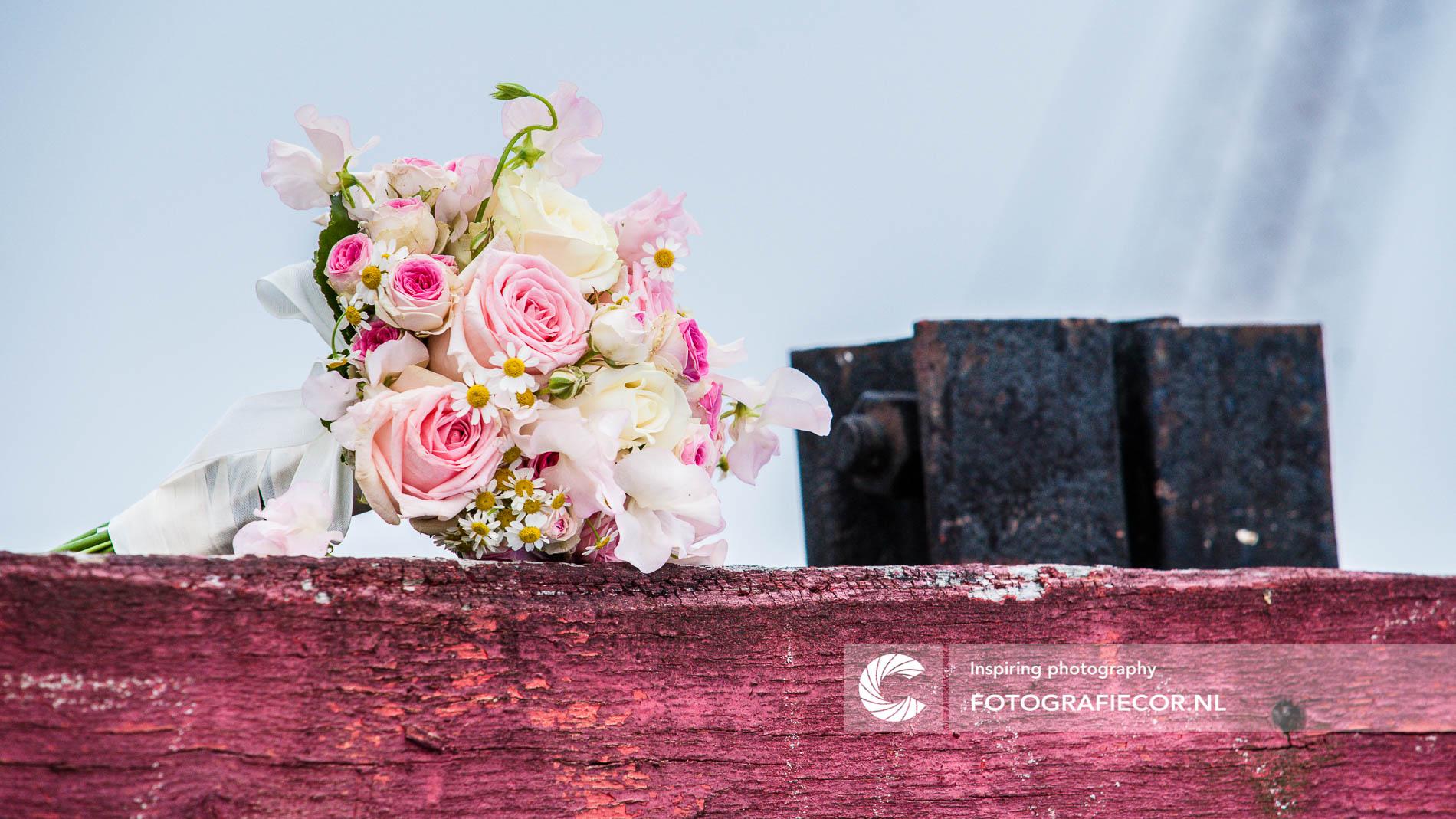 Trouwfoto's | bruidsfotografie | Bruidsfotograaf | bruidsboeket in pasteltinten op verweerd stootblok | Trouwfoto