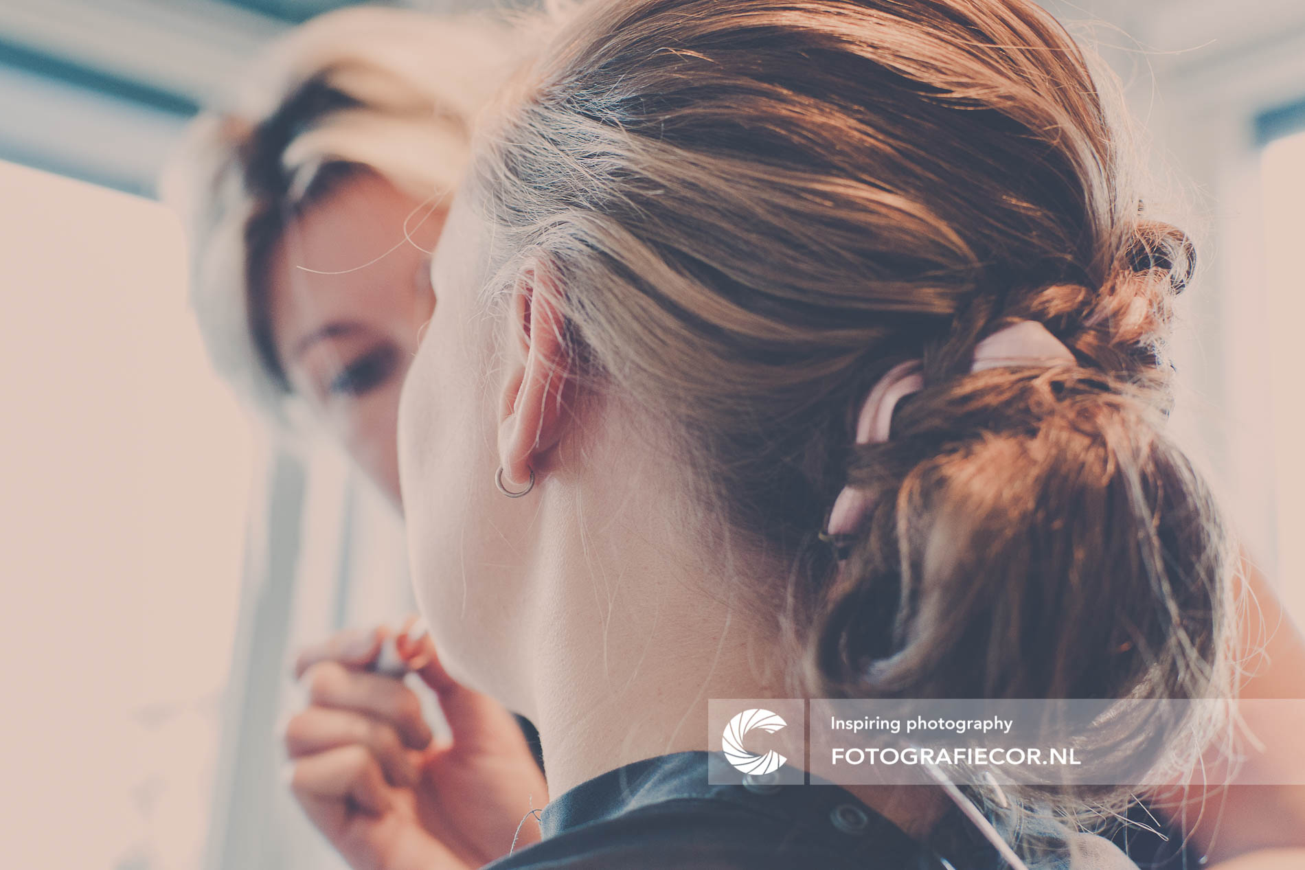 Trouwfoto's | Bruidsfotograaf | bruid maakt zich op voor de mooiste dag | Trouwfoto