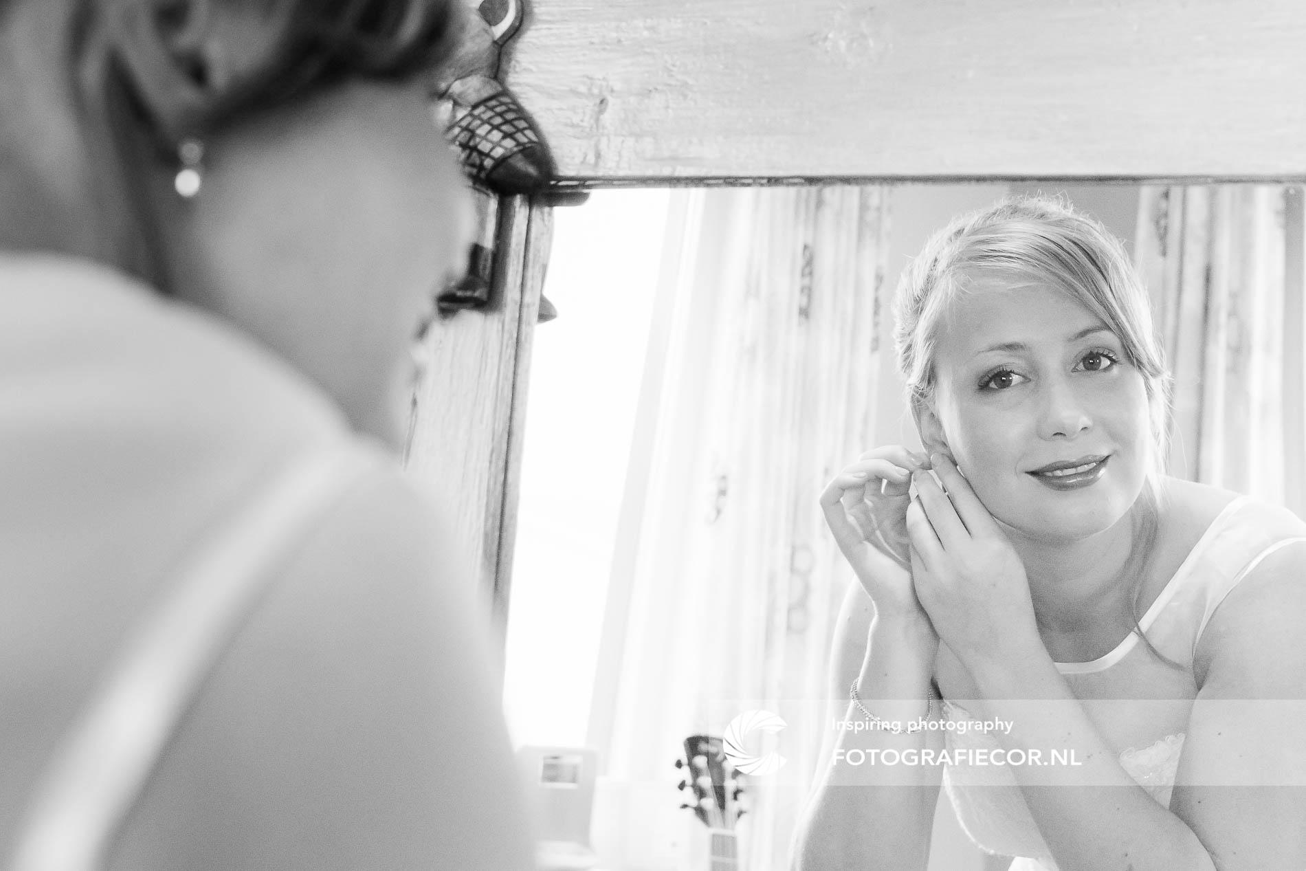 Trouwfoto's | bruidsfotograaf | Zelfportret in spiegel, Trouwen Kampen