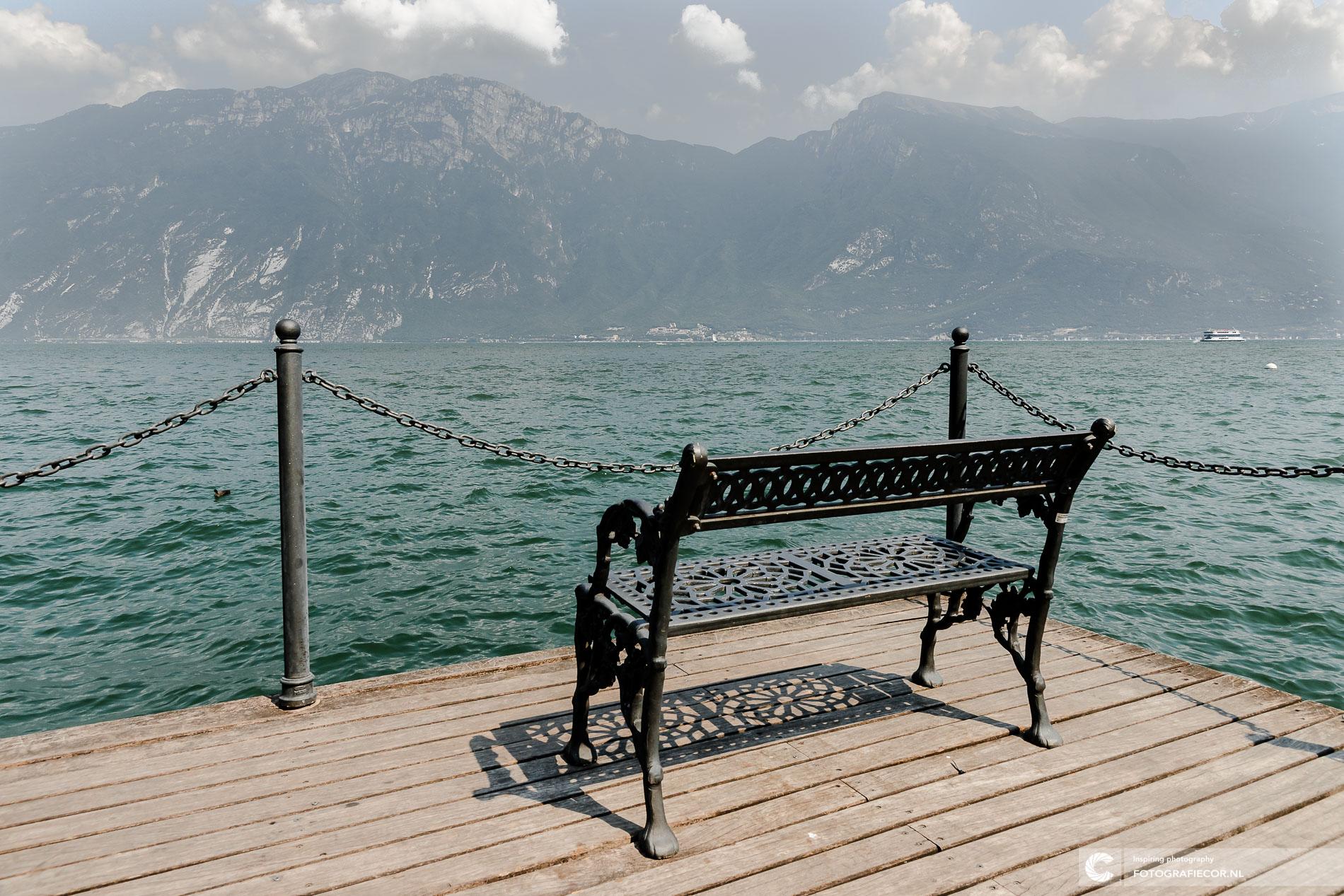 vintage bankje gardameer, uitzicht Alpen | Landschapsfotograaf
