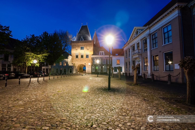 Avond fotografie met nacht foto van Koornmarktspoort | bezienswaardigheden gemeente Kampen - De Hanze | fotograaf foto's maken