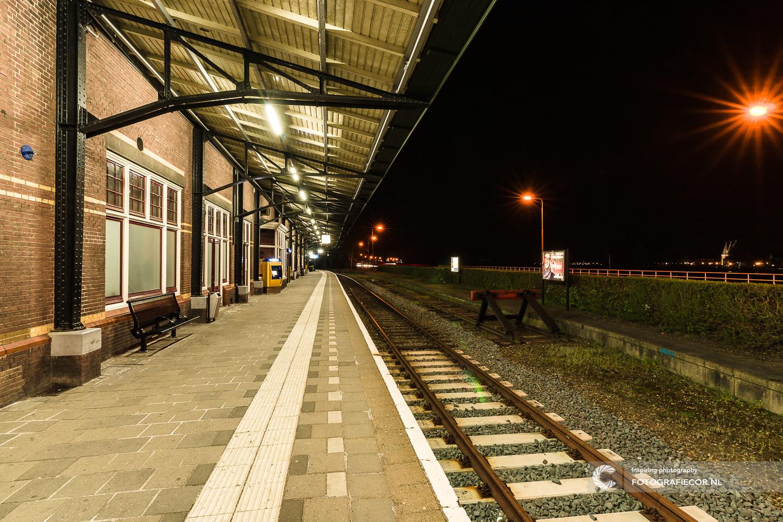 Avond fotografie met nacht foto maken van leeg perron in Kampen aan de IJssel - hanzesteden | fotograaf gezocht