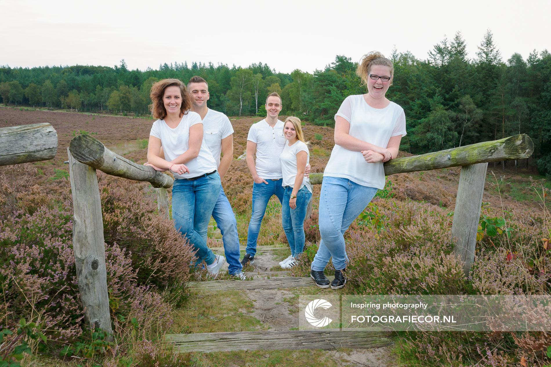 Familiefoto laten maken | Heidelandschap bij Heerderstrand | gezinsfoto maken