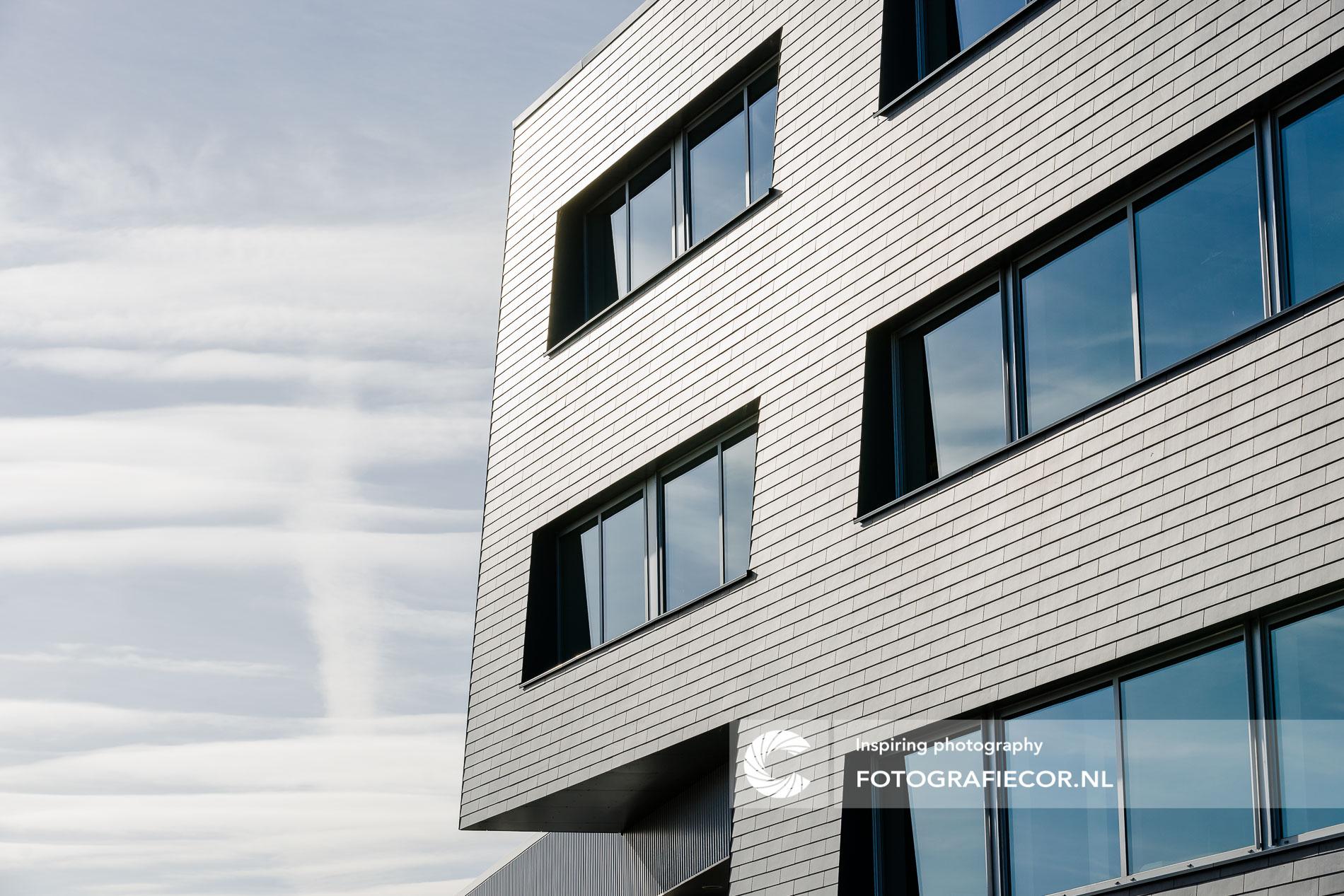 Geometrische architectonische lijnen industrieel gebouw | architectuurfotograaf