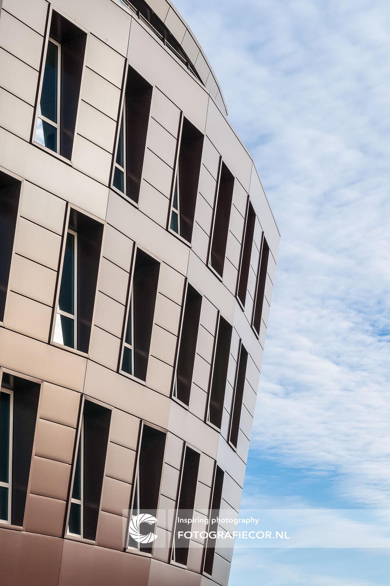 modern kantoorgebouw | afstekende blauwe lucht | architectuurfotograaf