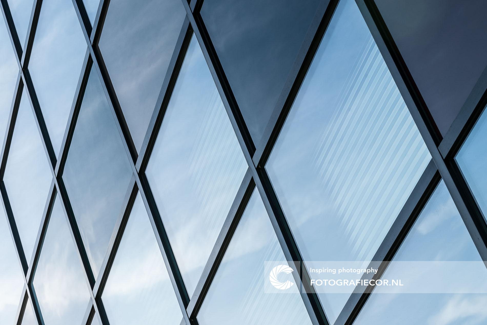 Speelse lijnen van ramen modern gebouw | architectuurfotograaf