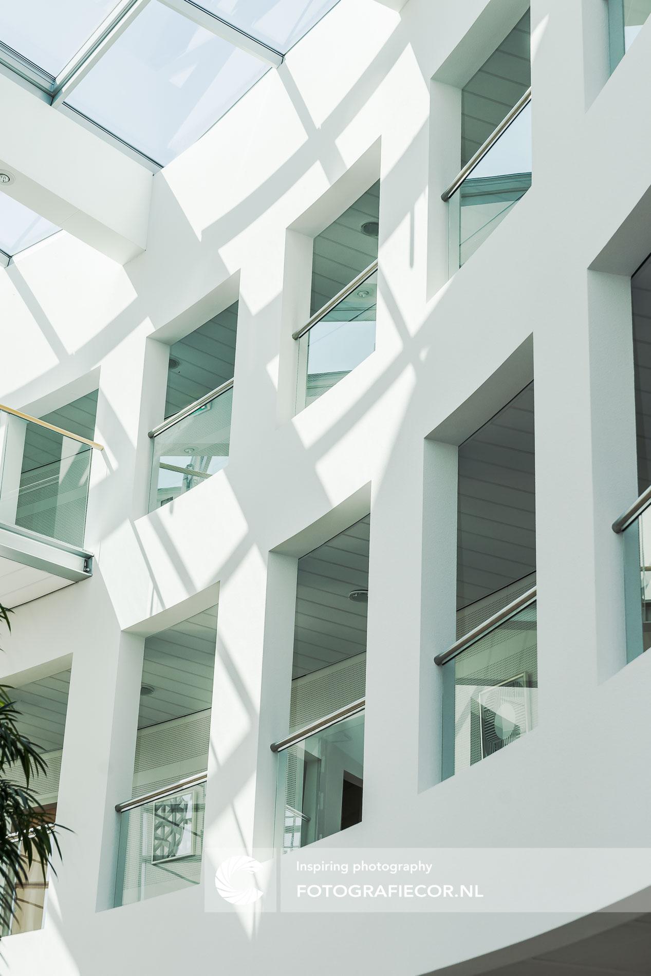Gemeentehuis met natuurlijk zonlicht | architectuurfotograaf