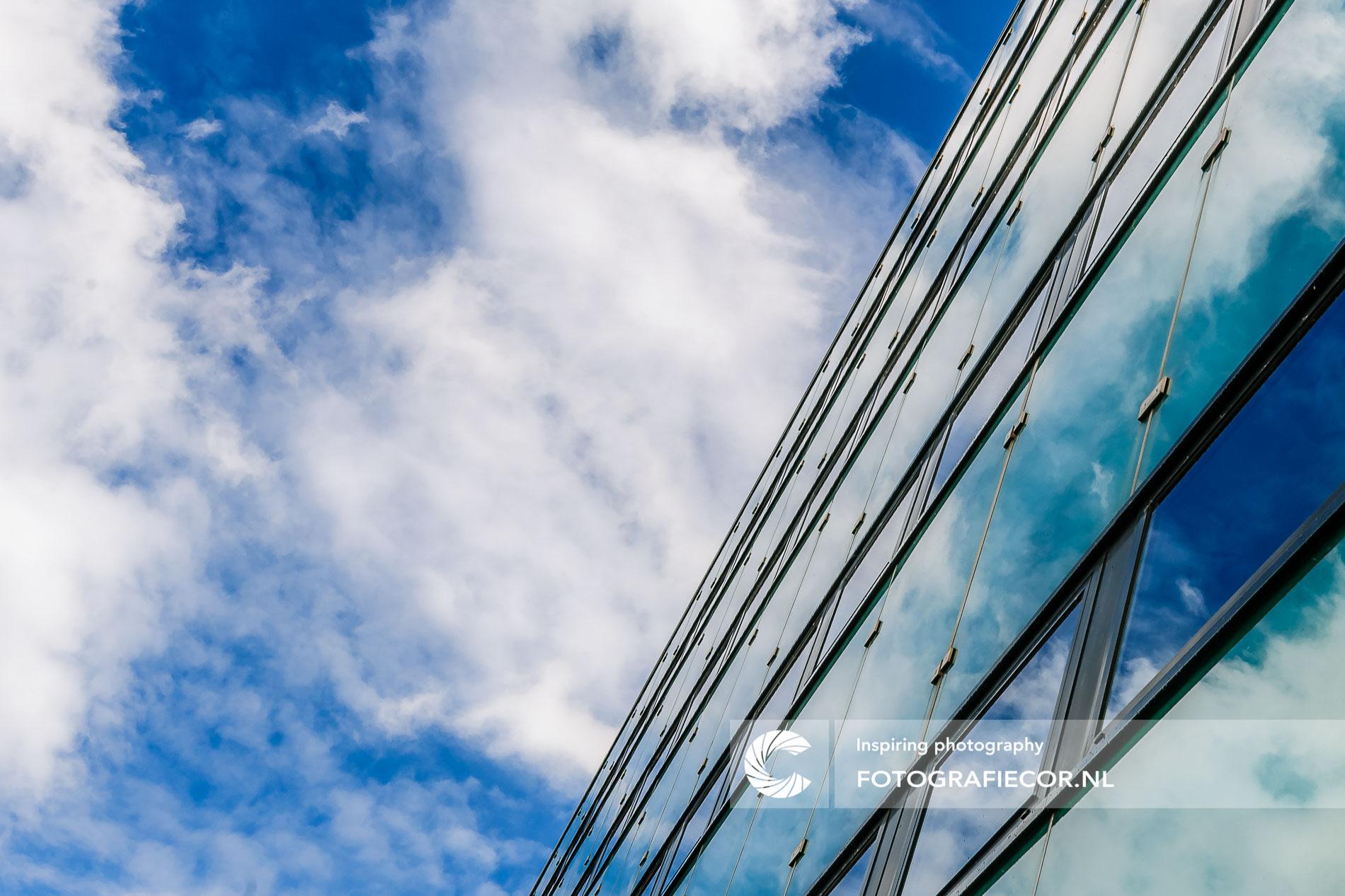 Heldere wolken weerspiegeld in ramen | architectuurfotograaf