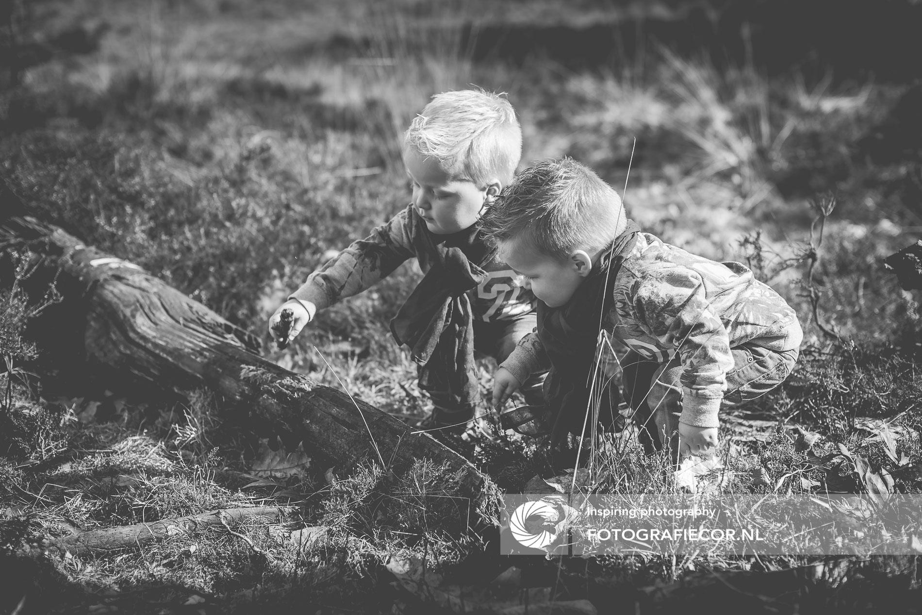 nieuwsgierig | tweeling | bos | kinderportret | BW | Kampen | fotograaf | Zwolle | natuurlijk