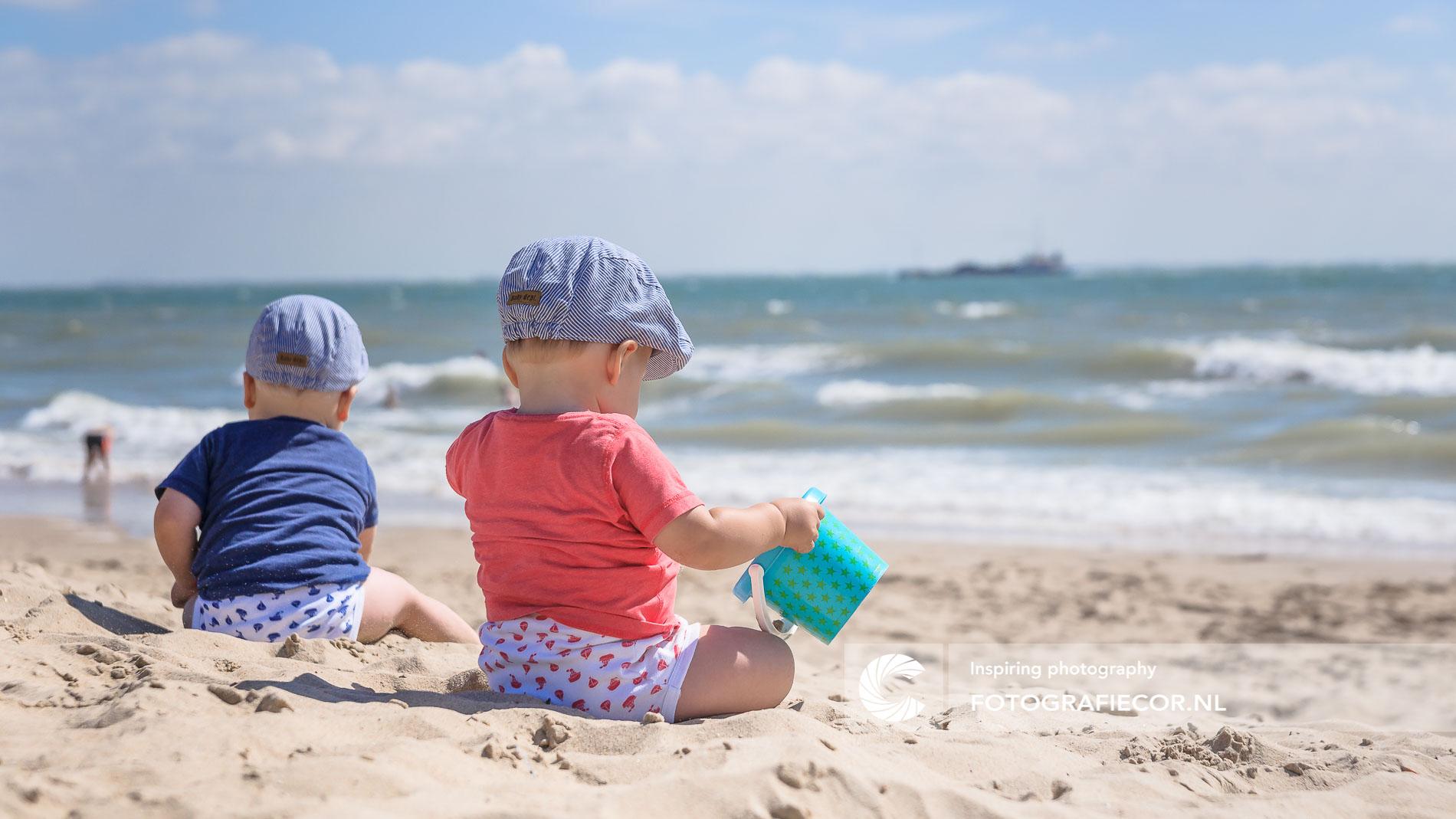 spelende baby's | strand Noordzee kust | kinderportret | fotograaf | Kampen | fotoshoot | outdoor