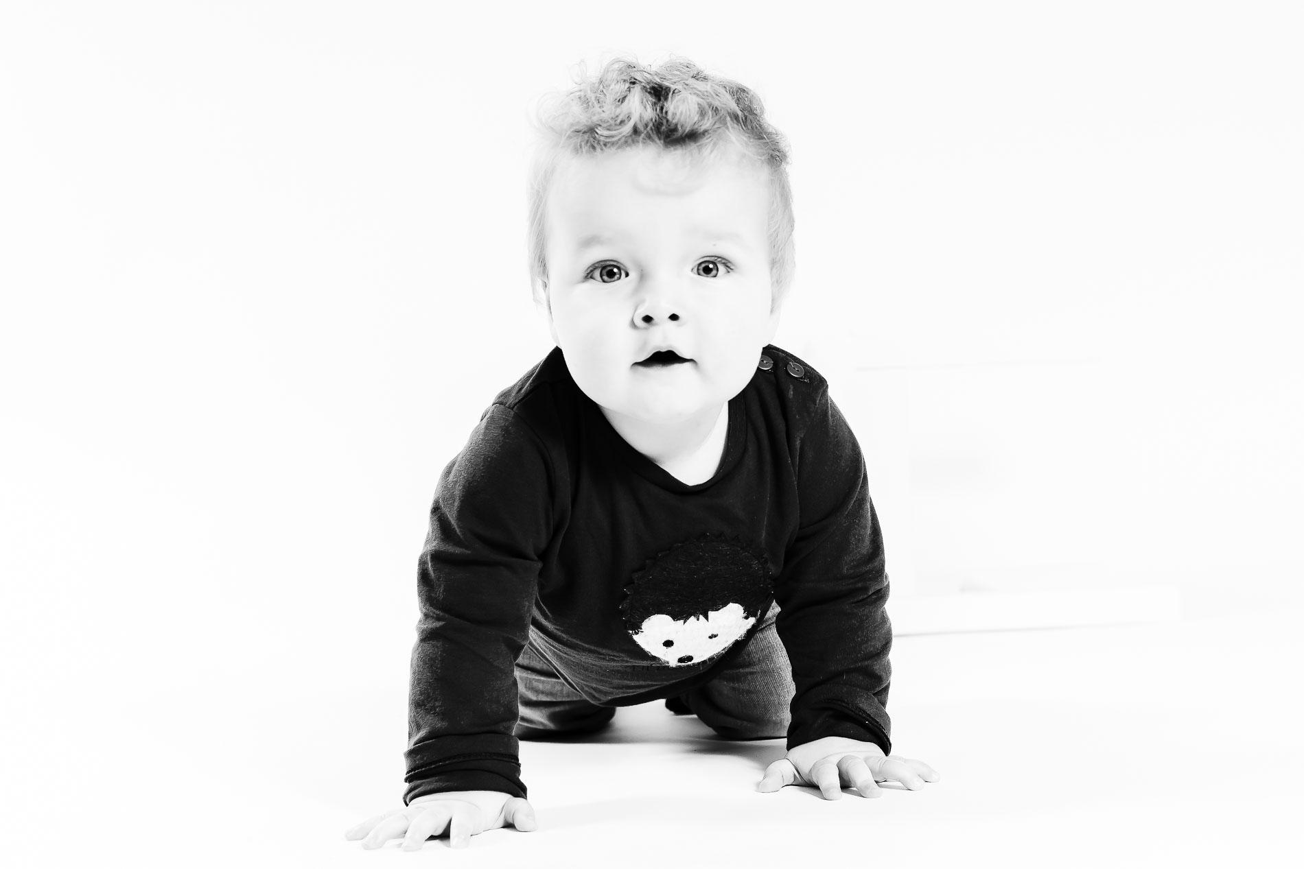 Kruipende baby | studio | kinderportret | fotograaf | Kampen | Zwolle | IJsselmuiden