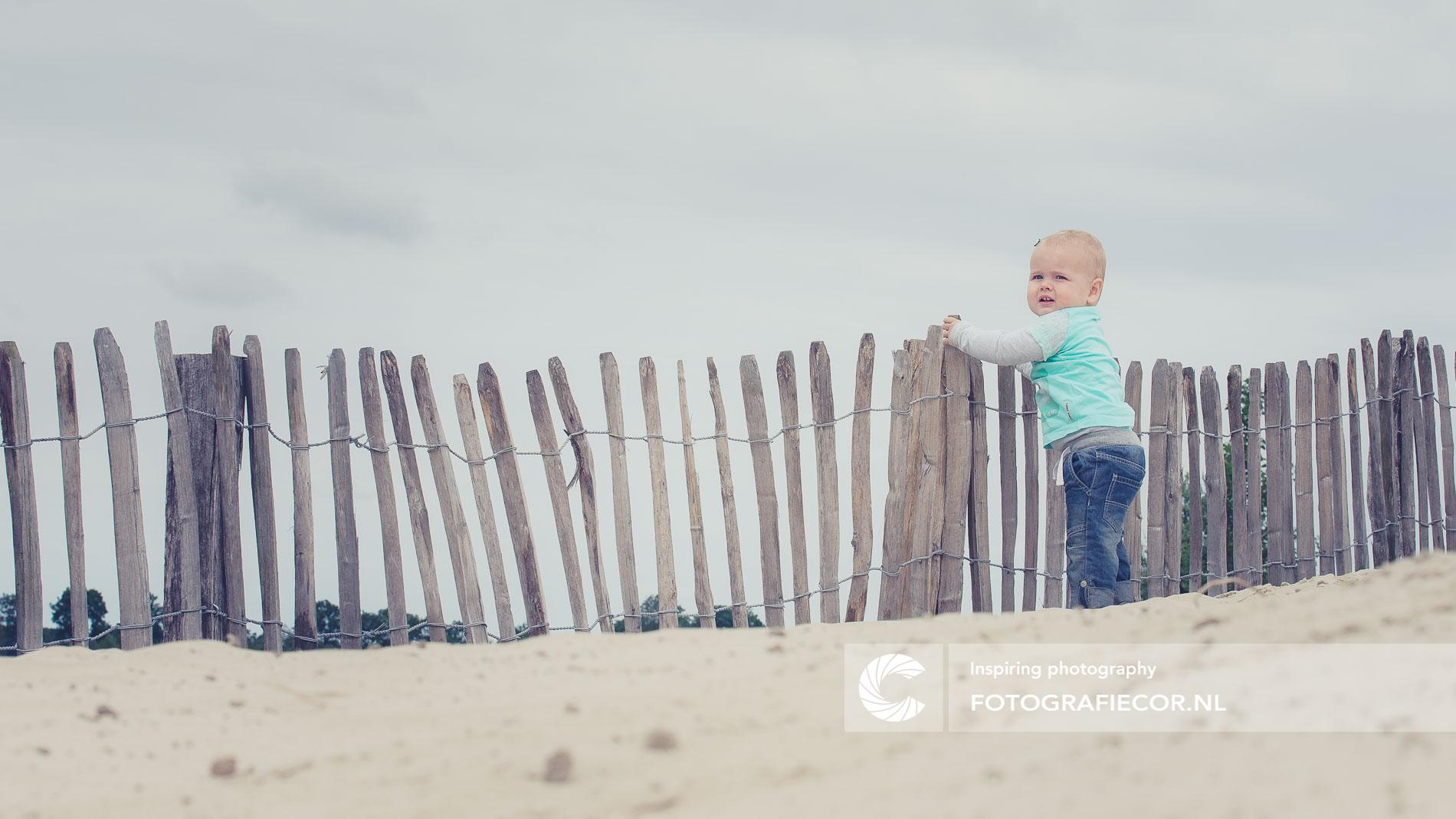 Gezinsfoto | Gezin | Baby probeert te staan op het strand | Gezinsfoto