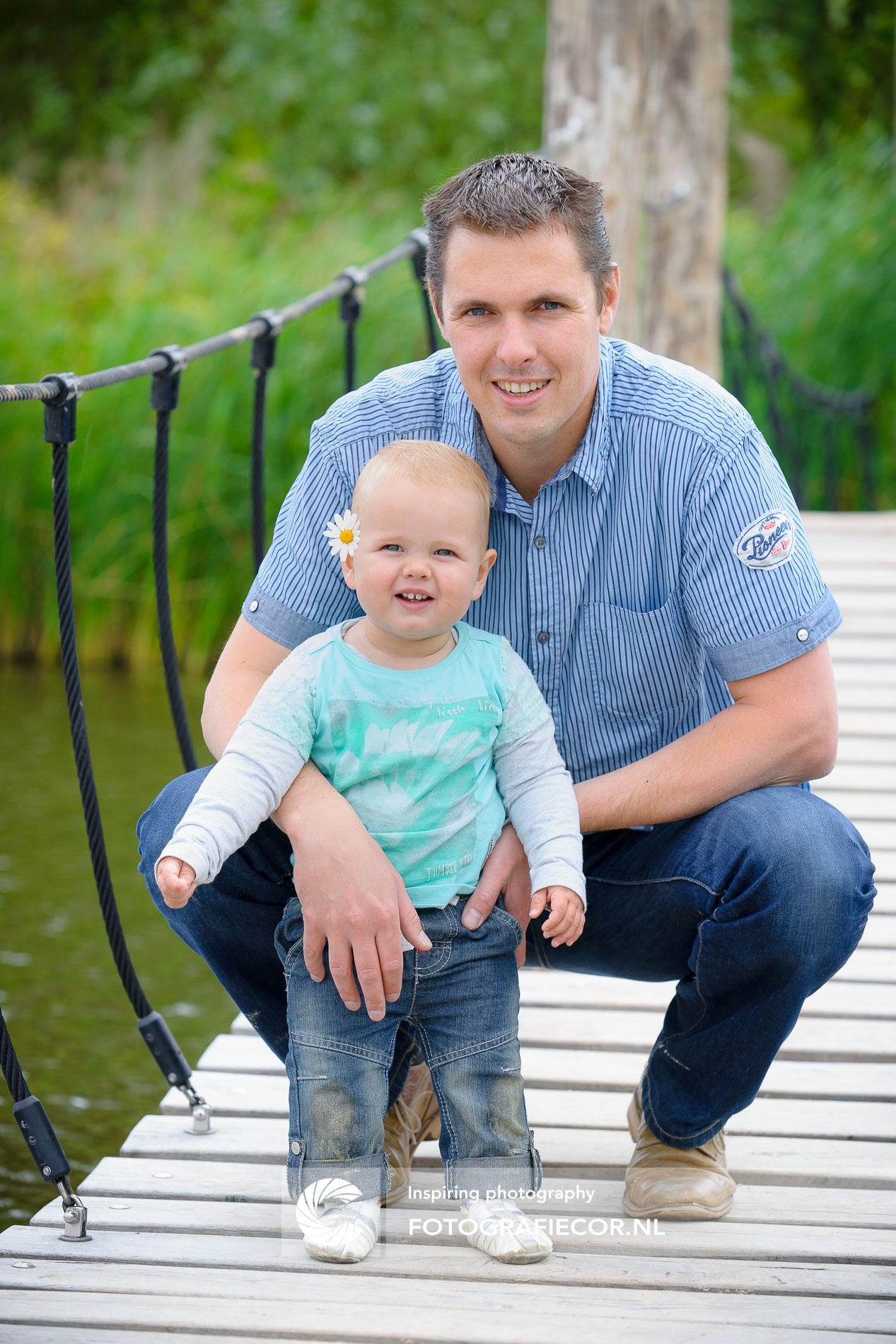 Gezinsfoto | Gezin | Baby met papa in park op hangbrug | foto