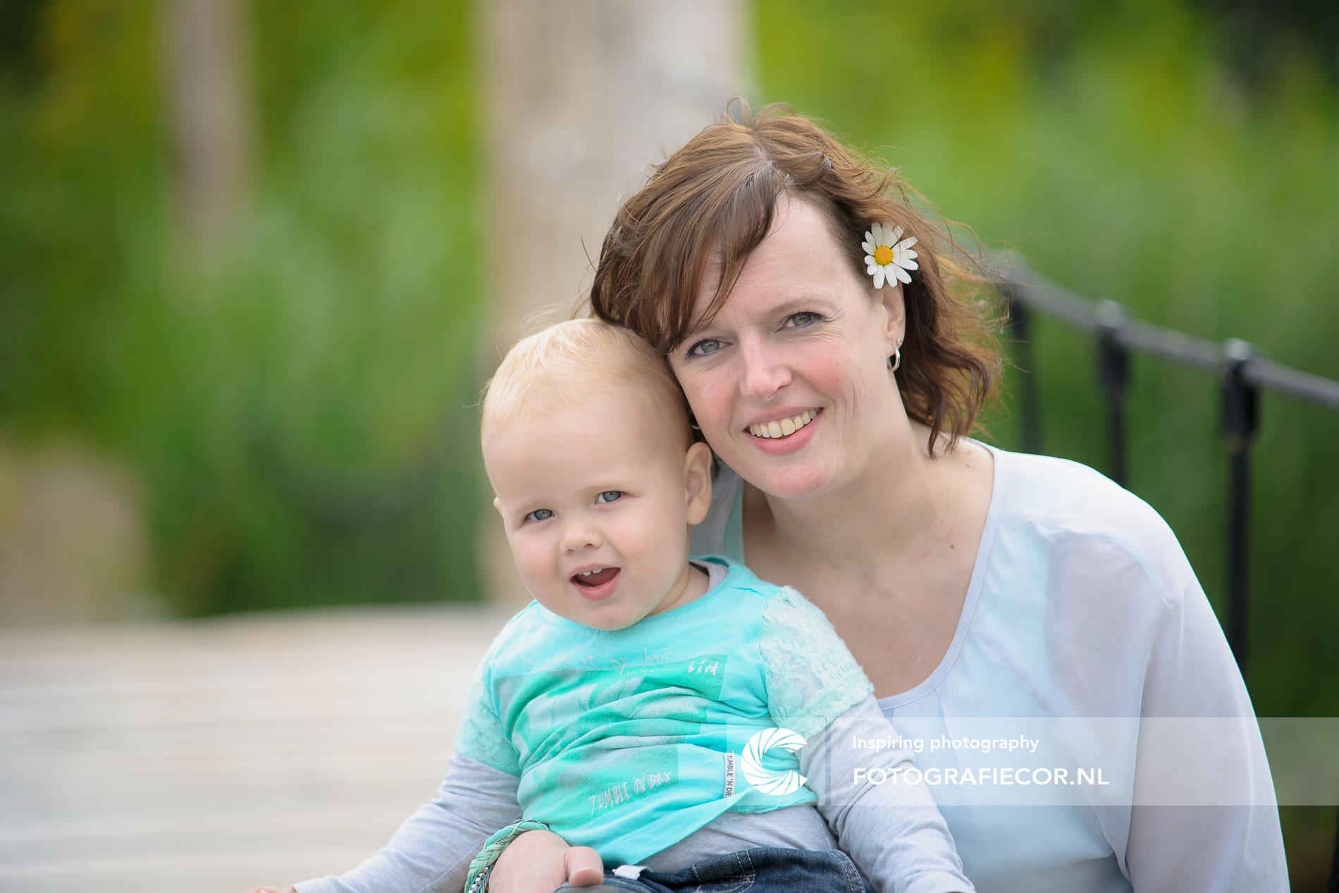 Gezinsfoto | Gezin | vrolijke baby fotografie met mama | foto
