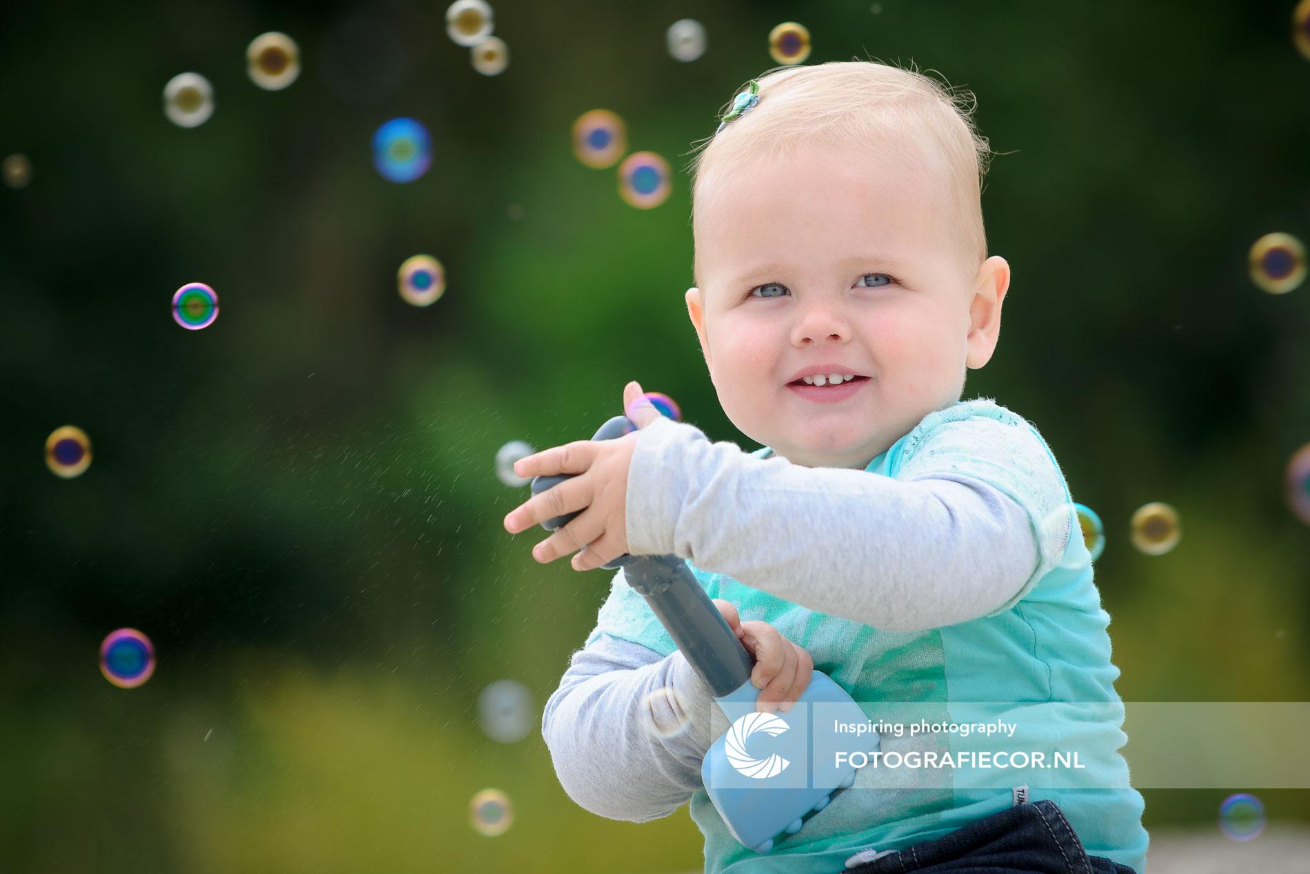 Gezinsfoto | Gezin | Vrolijke Baby fotografie met zeepbellen | foto