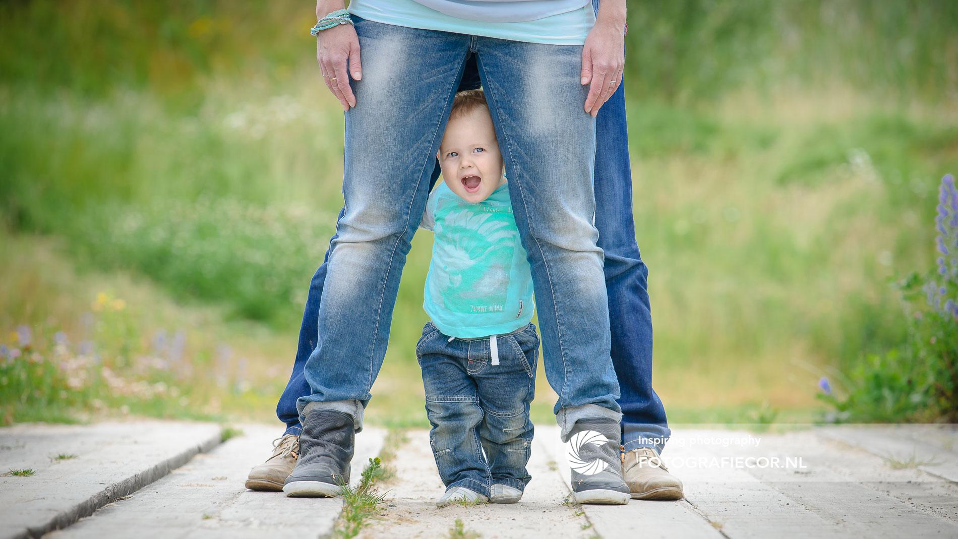 Gezinsfoto | Nieuwsgierige kleine meid | doorkijk tussen de benen | Gezinsfoto