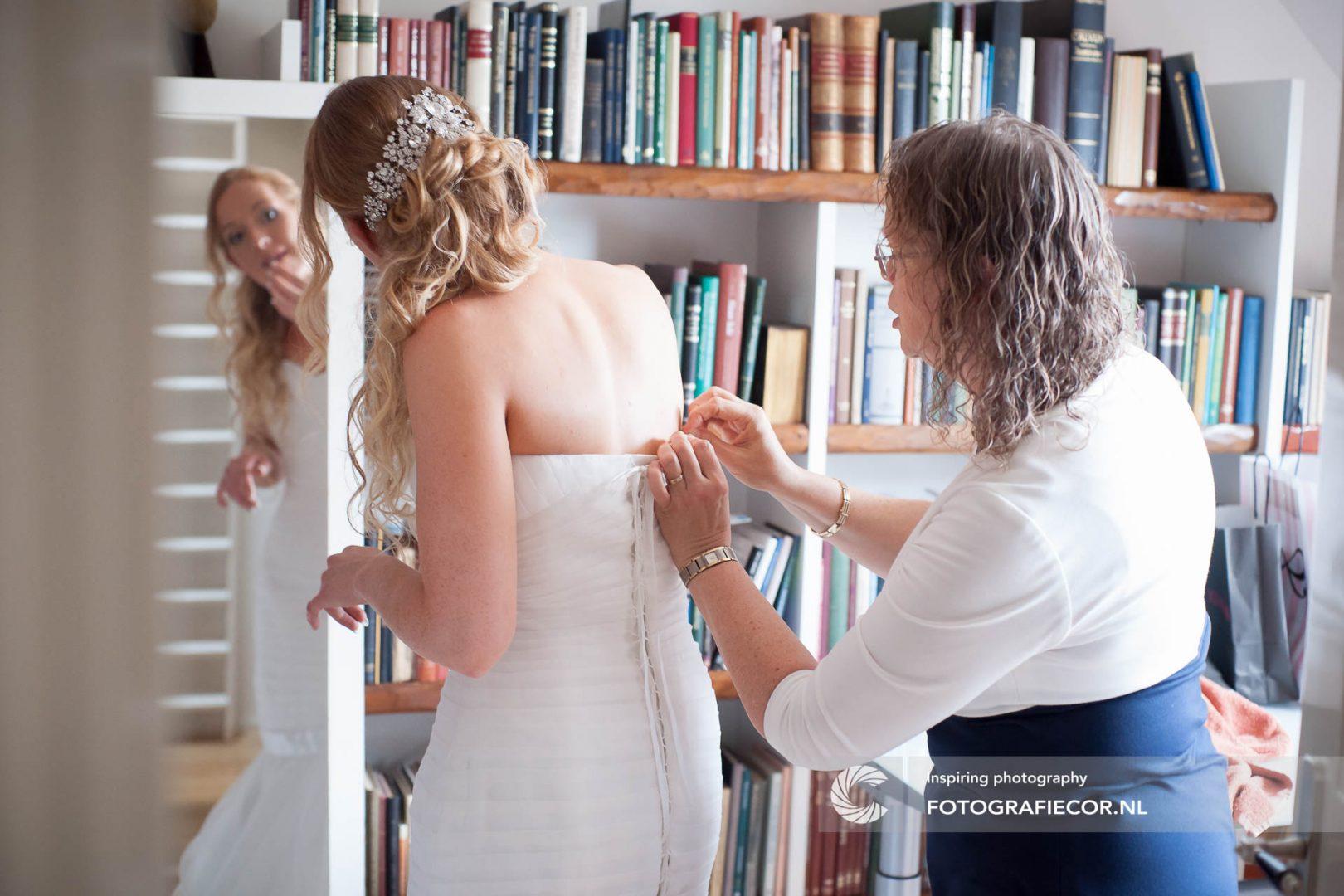 trouwfoto | aankleden | trouwreportage | huwelijk | fotograaf | foto | locatie | Trouwen