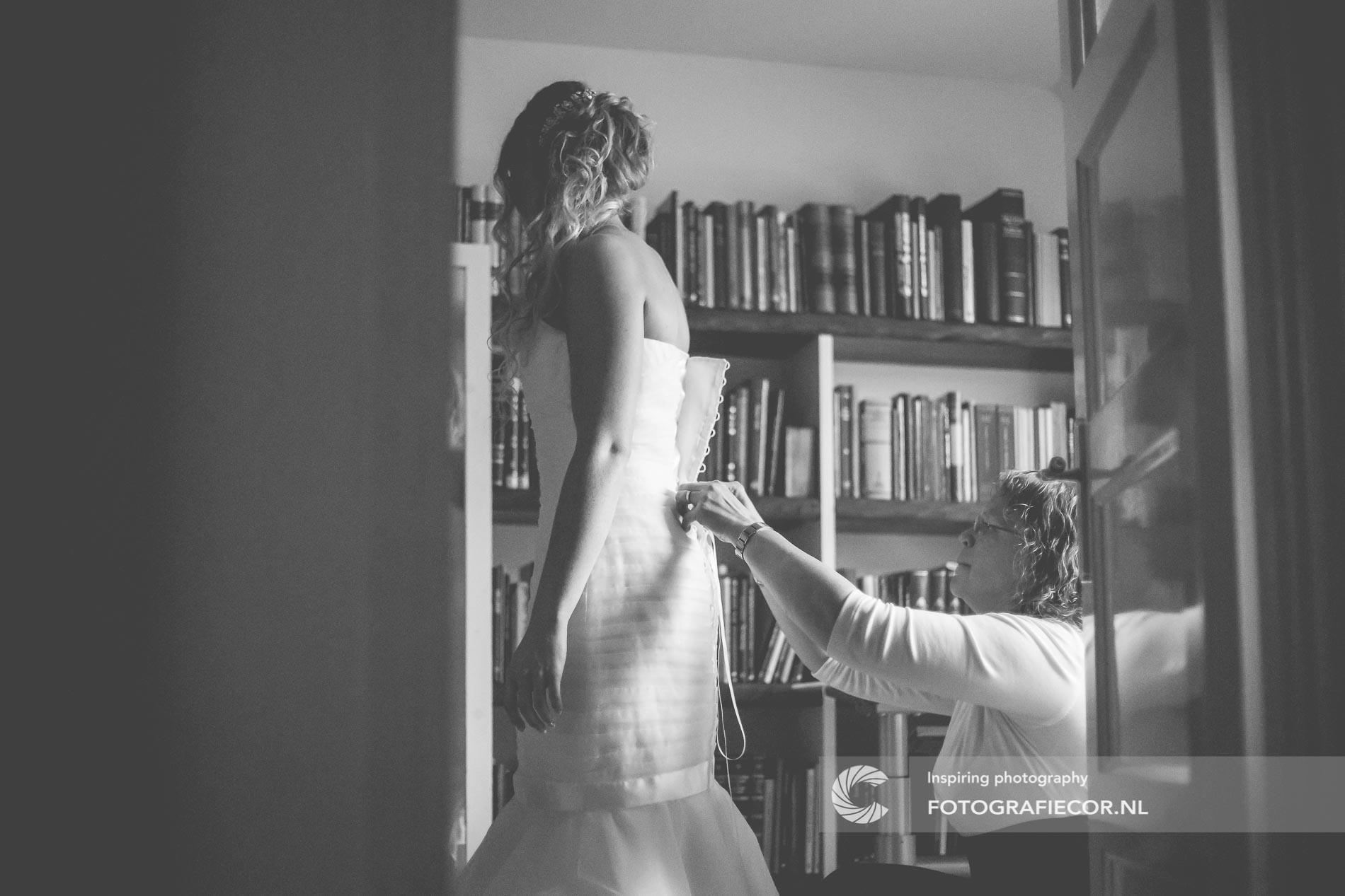 Trouwfotograaf | bruidsfotografie aankleden bruid voor huwelijk | bruidsfotograaf Kampen Zwolle Emmeloord | fotografie voor het mooiste moment