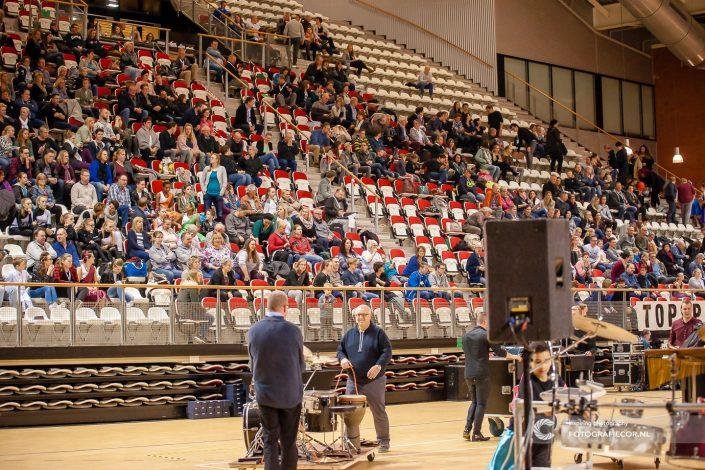 Opbouwen en afbreken tijdens Indoor percussion | Eventfotografie Kampen - Nederland