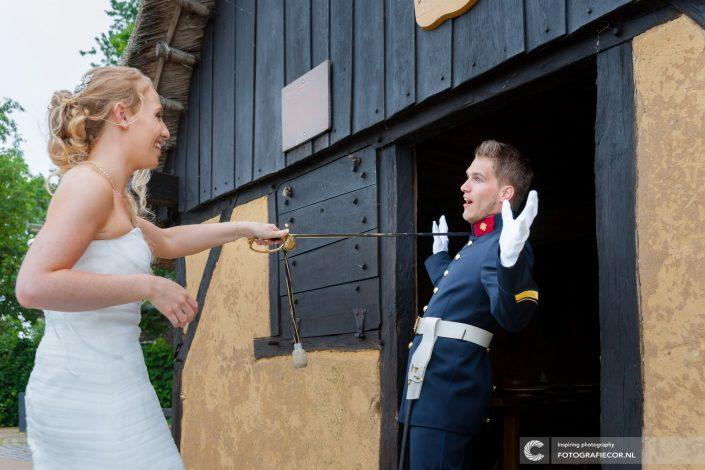Grappige | foto | trouwen | trouwfoto | sabel | militair | bruidspaar | humor