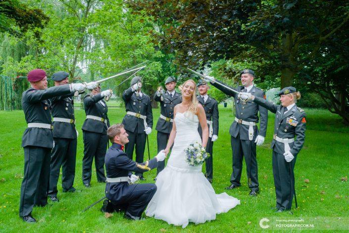 Bruidspaar | militairen | erewacht | sabelwacht | stadspark | reportage |trouwfoto