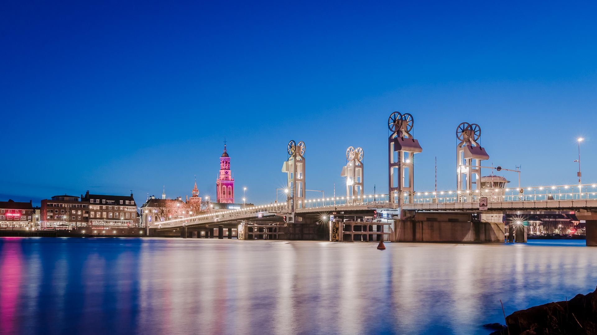 Avondfoto verlichte stadsbrug ijssel bij Kampen - Overijssel