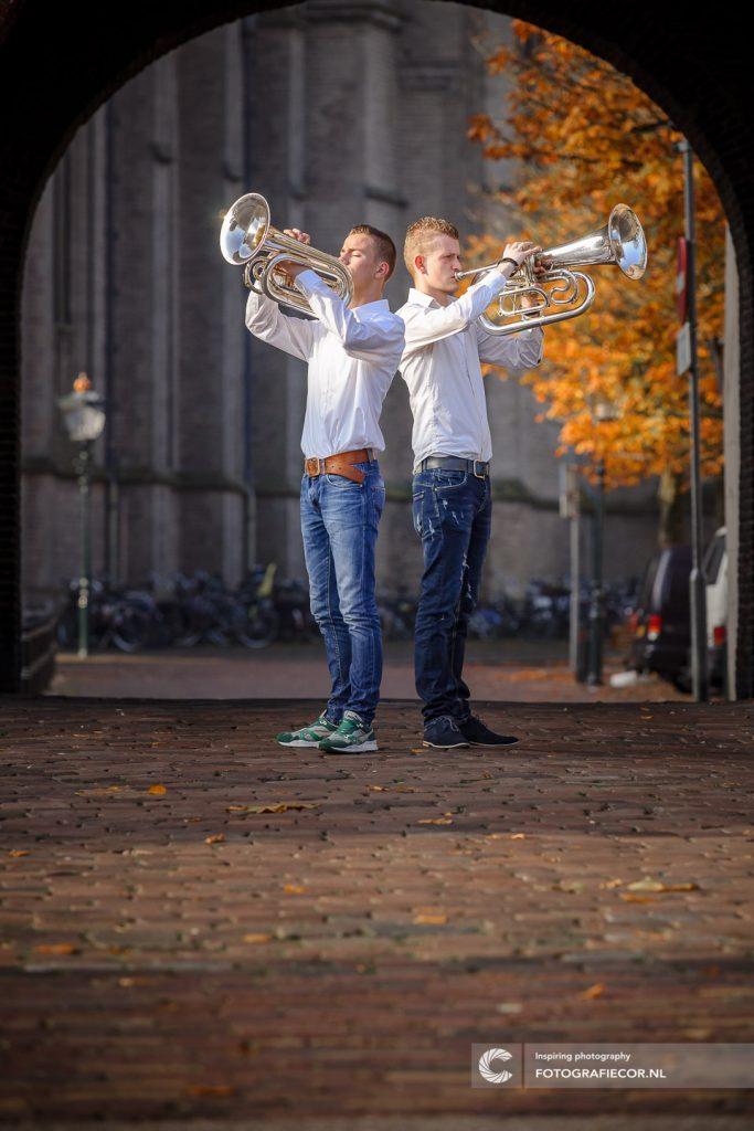 Foto maken van muzikanten onder oude stadspoort in Kampen