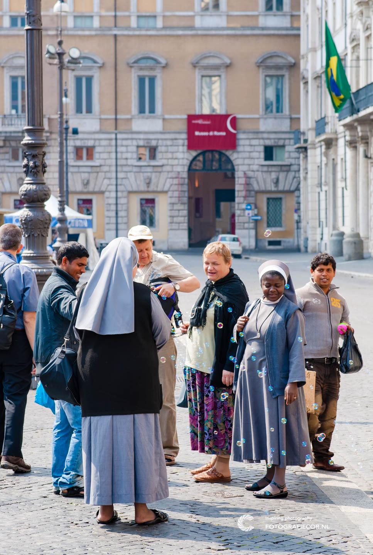 Pelgrims | Katholiek | nonnen | straatverkopers | Piazza Navona | Rome | Italie