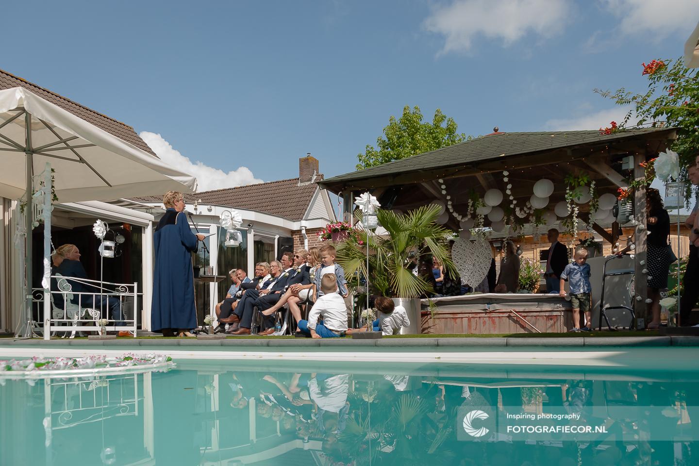 Poolparty | Tuinfeest | bruidsfoto | bruiloft fotograaf | bruidsreportage | huwelijksfotograaf | trouwfoto's | Trouwen | Kampen