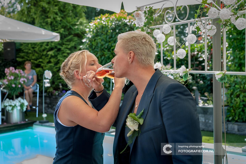 Toasten | bruidsfoto | bruiloft fotograaf | bruidsreportage | huwelijksfotograaf | trouwfoto's | Trouwen | Kampen
