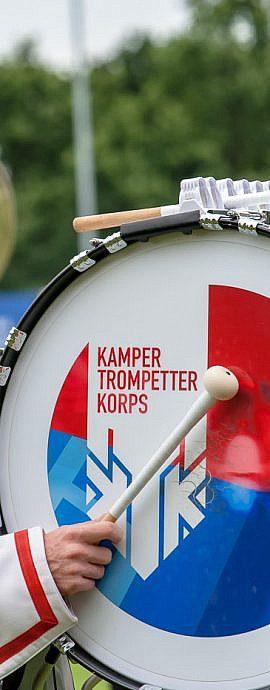 Kamper Trompetterkorps | Kampen | geconcentreerde bass drum speler