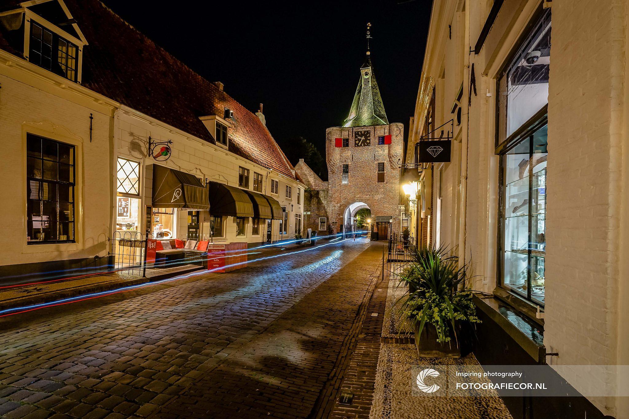 workshop Nachtfotografie | Exposure | Elburg | Nachtfotografie | foto cursus Elburg | fotografie workshop Elburg | Workshop fotografie | Fotografie cursus | Workshop | Vesting Elburg | Lange sluitertijd | avond fotografie | lichtstrepen | vischpoort | fotografie workshop | avondfotografie Elburg