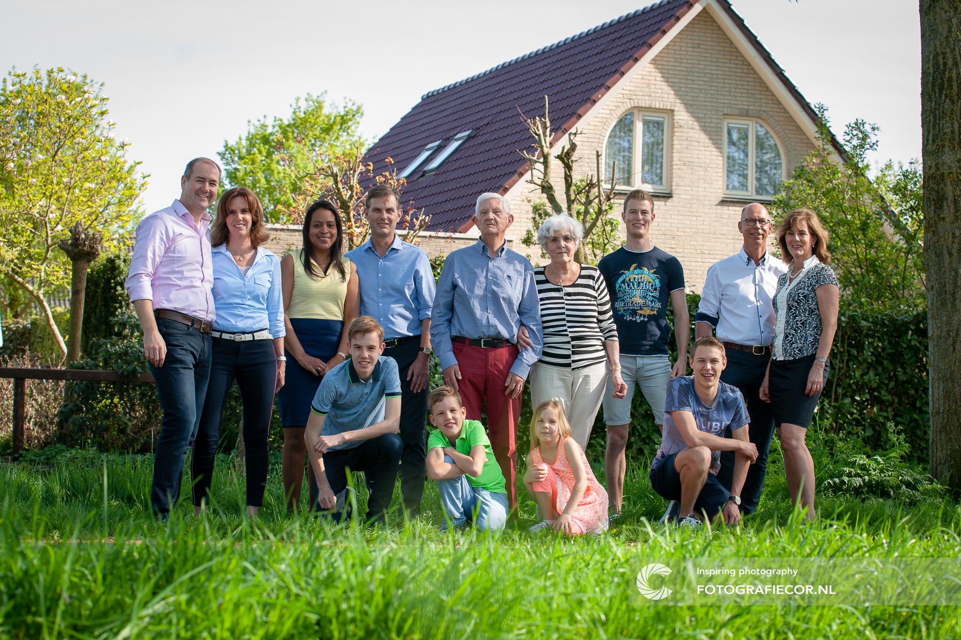 familie fotoshoot op locatie | gezin fotoshoot | Kampen fotograaf | De maten Woonwijk | groepsportret | familiefoto