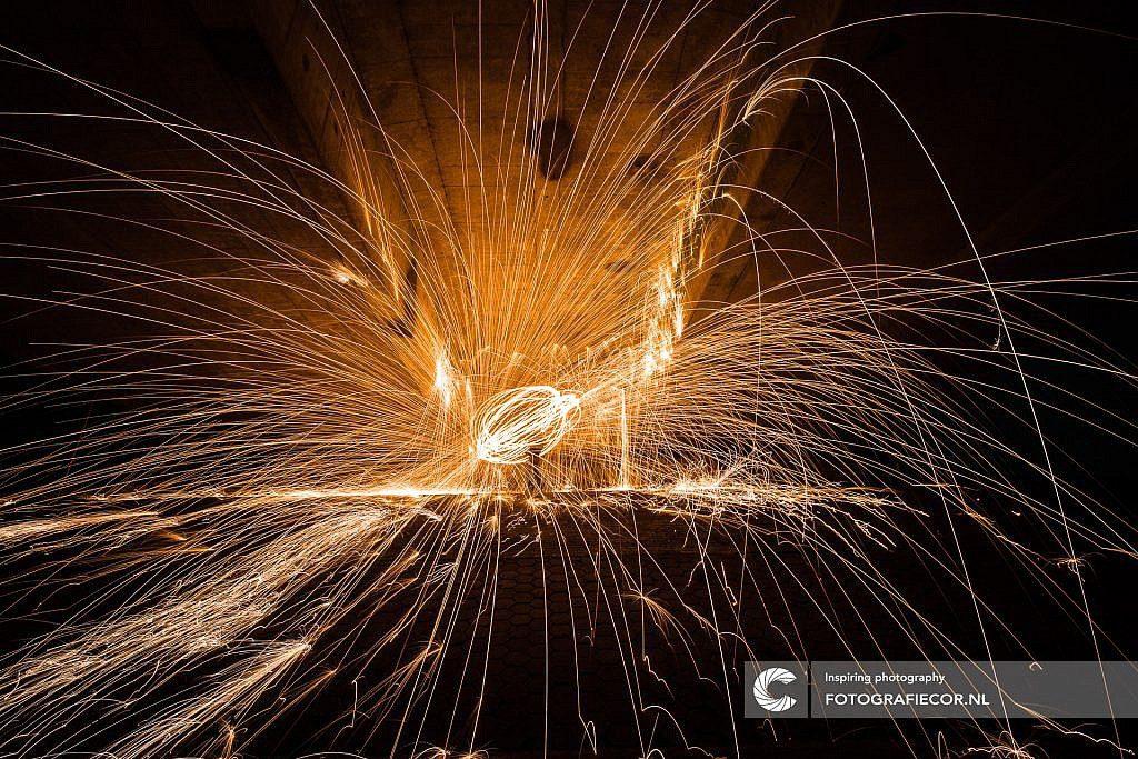 Lightpainting met staalwol onder een viaduct in de Noordoostpolder