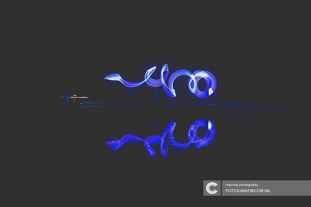 Schrijven met blauw licht op het water