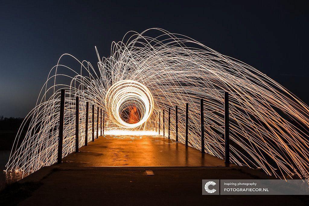 Brandend staalwol op een brug